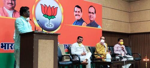 उपचुनावों से पहले कांग्रेस को लगा झटका, 200 से अधिक कार्यकर्ता भाजपा में शामिल