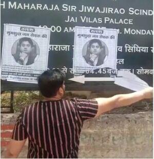 ज्योतिरादित्य सिंधिया के लापता होने के लगे पोस्टर, समर्थकों ने फाड़े, भाजपा ने कराई एफआईआर