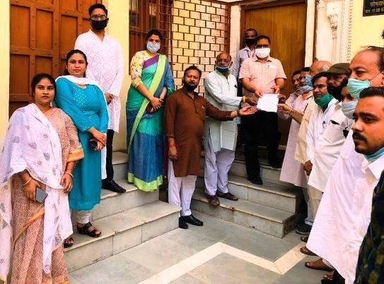 ग्वालियर में  कांग्रेस ने मुख्यमंत्री शिवराज के खिलाफ राष्ट्रपति के नाम आयुक्त को सौंपा ज्ञापन