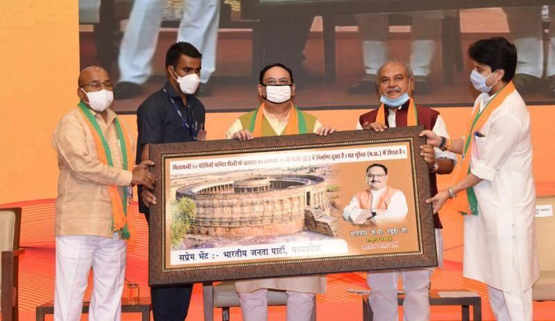 नरेंद्र सिंह और सिंधिया ने मितावली-पढावली स्मृति चिन्ह जेपी नड्डा को भेंट किया
