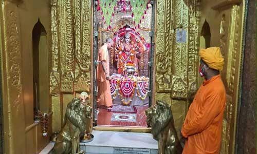 मुख्यमंत्री योगी ने शक्तिपीठ मंदिर देवीपाटन में पूजन कर देश व प्रदेश की सुख व समृद्धि की कामना की