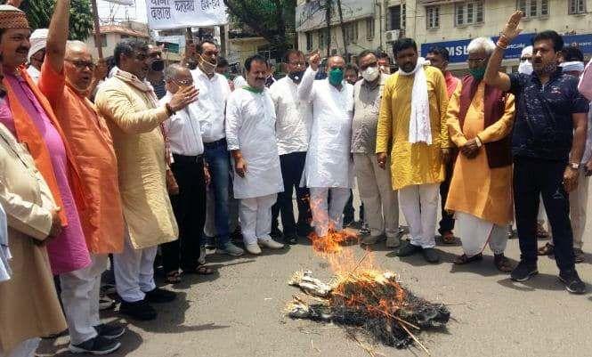 कमलनाथ को घेरने सड़कों पर आई भाजपा, मंडलों में फूंके पुतले
