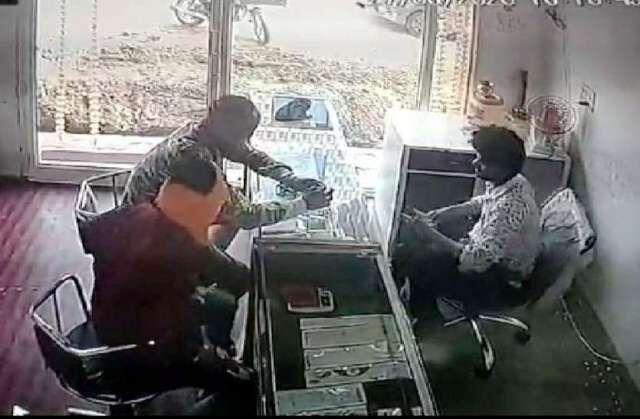 बदमाशों ने दुकान में घुसकर ज्वेलर्स संचालक पर कट्टा अड़ाया, जेवरात लूटे