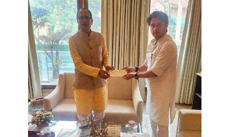 वादा निभाया / राहत कोष के लिए सिंधिया ने शिवराज सिंह को सौंपा 30 लाख का चैक