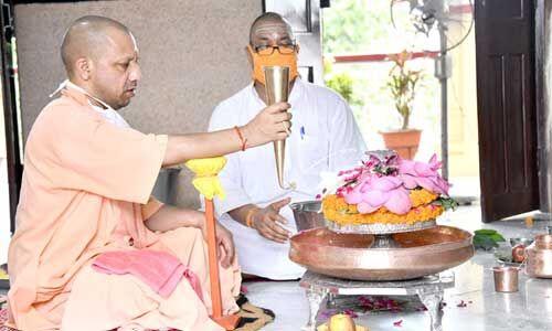 मुख्यमंत्री योगी आदित्यनाथ ने सावन के पहले सोमवार को किया रुद्राभिषेक