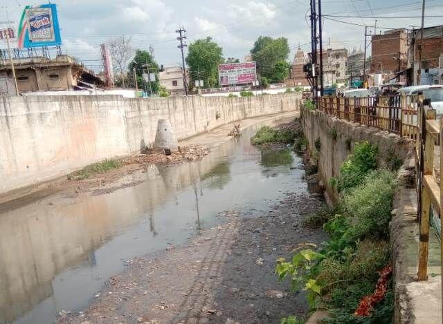 स्वर्ण रेखा किनारे बसे लोगों के नलों में आता है सीवर युक्त पानी
