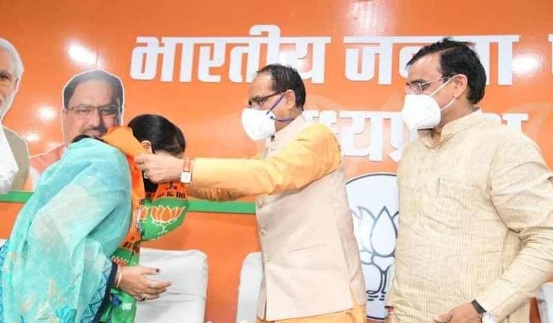 कांग्रेस की पूर्व विधायक सुमित्रा देवी ने ली भाजपा की सदस्यता
