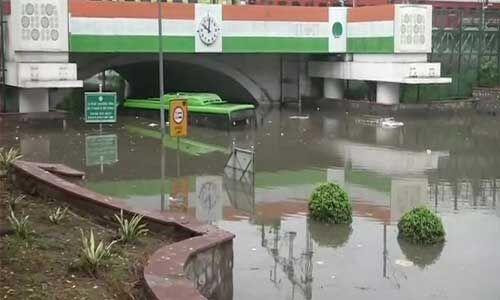 दिल्ली में झमाझम बारिश, मिंटो ब्रिज के नीचे डूबने से ड्राइवर की मौत