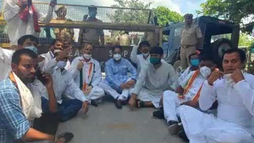 आजमगढ़ में सड़क पर धरने पर बैठे महाराष्ट्र के कैबिनेट मंत्री नितिन राउत, जानें कारण