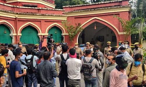 लखनऊ डबल मर्डर केस : रेलवे अधिकारी की बेटी ने ही की मां और भाई की गोली मारकर हत्या