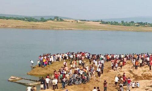 चंबल नदी में 30 लोगों से भरी नाव पलटी, 20 को बचाया गया, 10 लापता