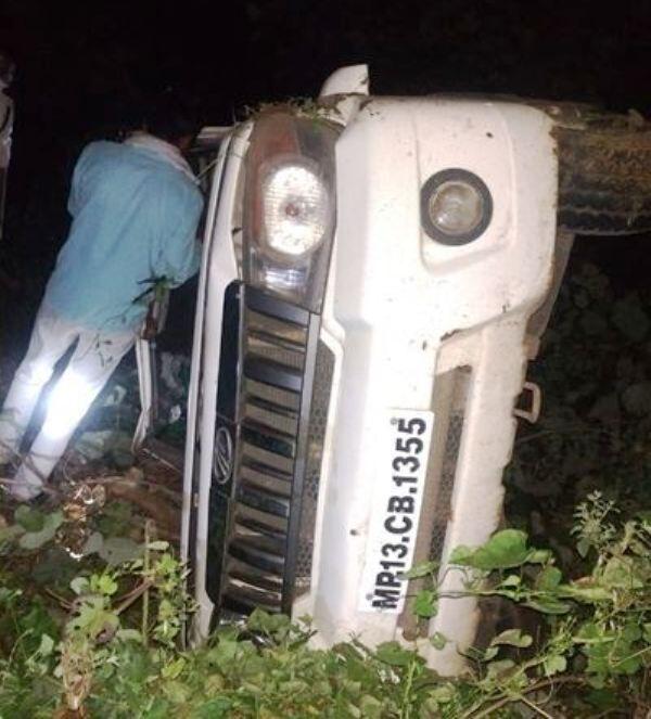 भाजपा राष्ट्रीय महासचिव कैलाश विजयवर्गीय के काफिले में शामिल वाहन पलटा