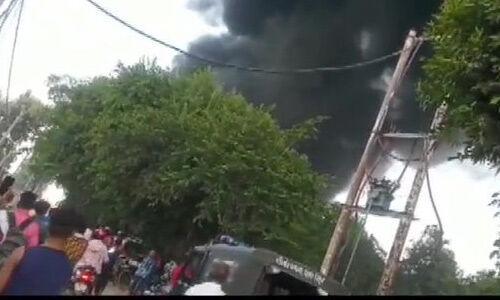 उप्र : पेंट फैक्ट्री में धमाकों के साथ लगी भीषण आग, 60 फुट तक उठी लपटें, घर छोड़ भागे लोग
