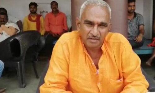 बलिया गोलीकांड : भाजपा विधायक सुरेंद्र सिंह परिवार को लेकर पहुंचे थाने