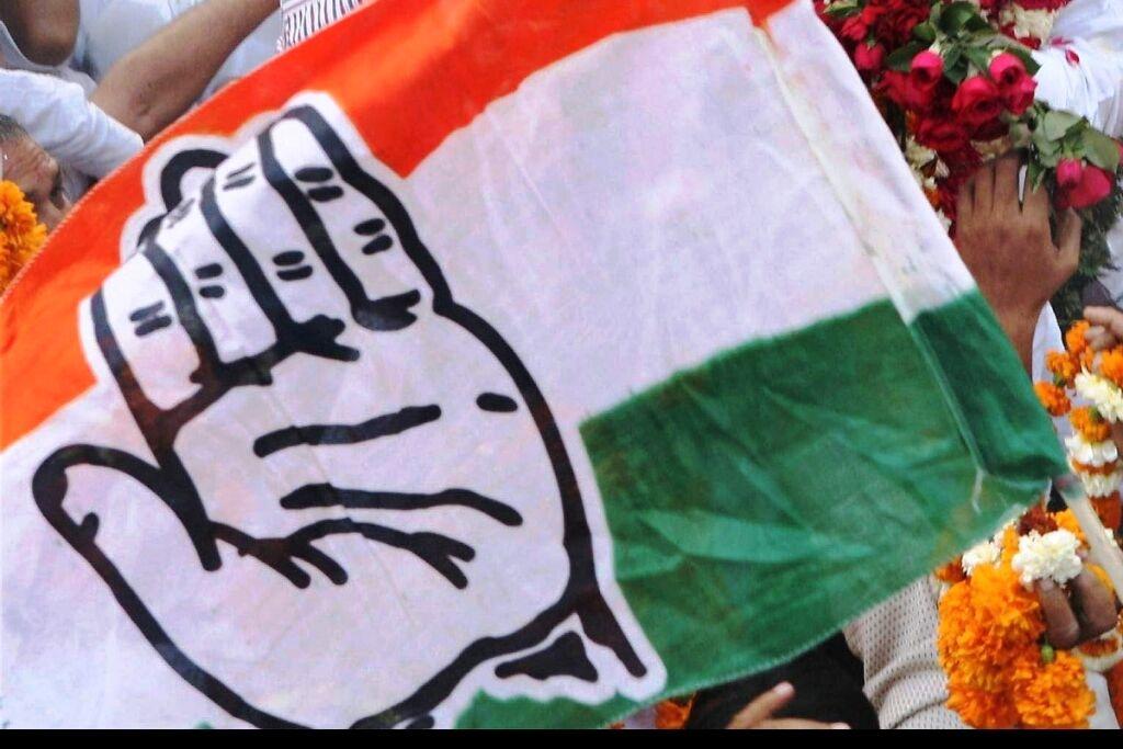 कांग्रेस नहीं संभाल पा रही कुनबा, सात माह में 26 विधायकों ने छोड़ा हाथ