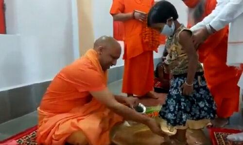 मुख्यमंत्री योगी ने गोरखनाथ मंदिर में किया कन्या पूजन