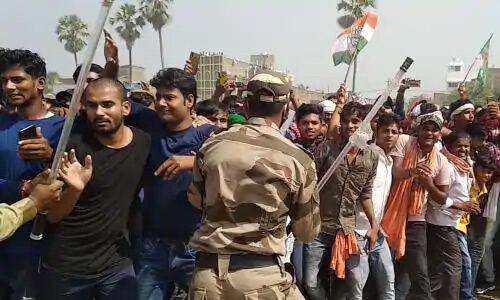तेजस्वी की सभा में बेकाबू भीड़ पर पुलिस ने बरसाई लाठियां, मची अफरा-तफरी
