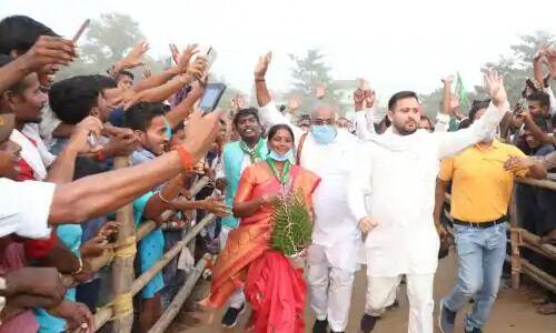 बिहार विधानसभा चुनाव में पहले चरण के लिए भाषण देने के बाद एकाएक मंच से कूद कर भागने लगे तेजस्वी, जानिए पूरा मामला