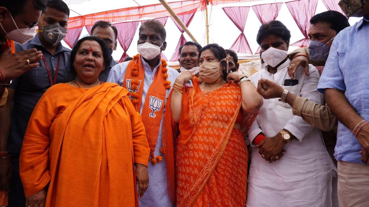 सांची : सभा के दौरान उमा भारती के नेतृत्व में वर्तमान प्रत्याशी और पूर्व प्रतिद्वंदी आये एक मंच पर