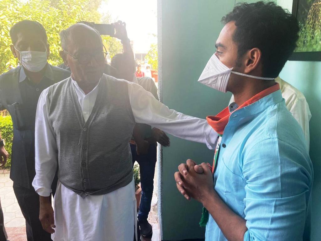 मुख्यमंत्री शिवराज के बेटे कार्तिकेय ने लिया पूर्व सीएम दिग्विजय सिंह से आशीर्वाद