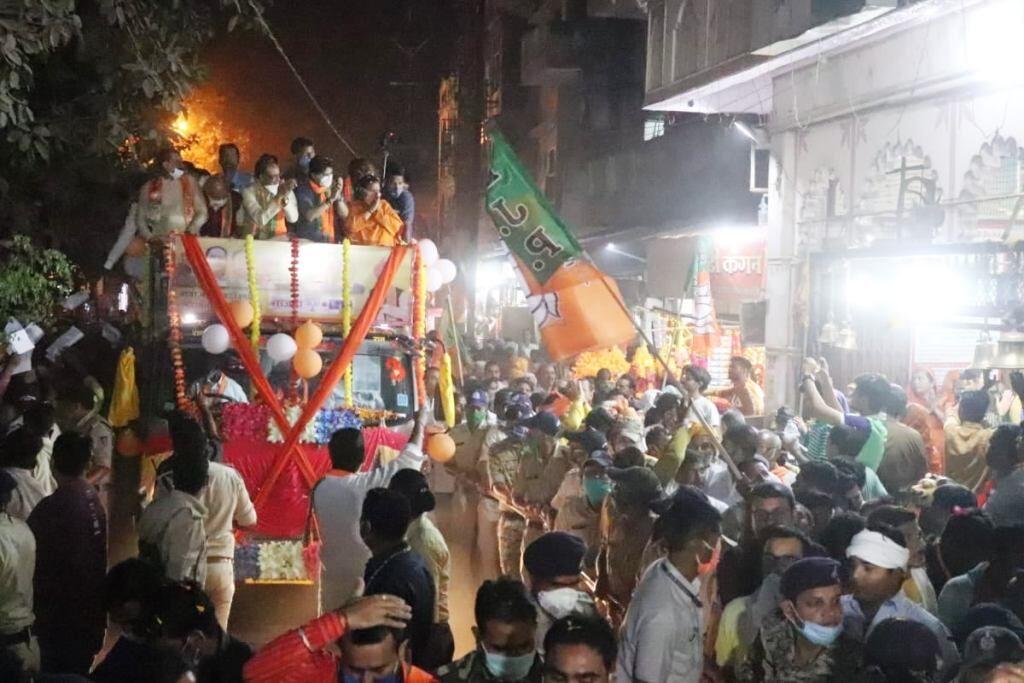 पार्टी नेताओं पर बरसे फूल, रास्ते भर गूंजे भाजपा के समर्थन में नारे