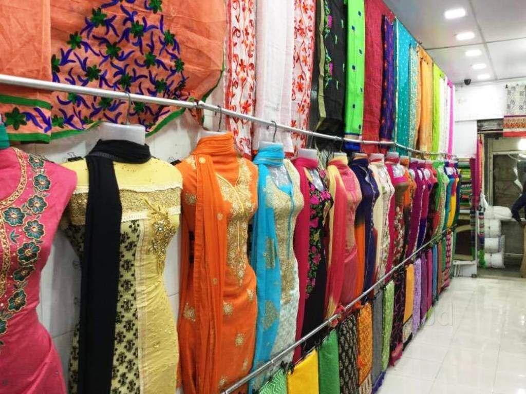 दाम बढ़ाकर 70 प्रतिशत की छूट पर बेच रहे हैं कपड़े