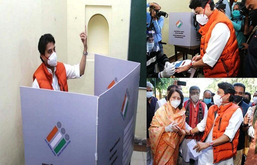 ज्योतिरादित्य सिंधिया ने किया मतदान, कहा - सभी सीटों पर खिलेगा कमल