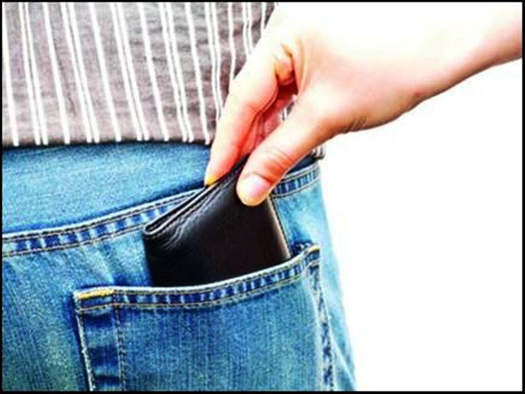 रोड़ शो में जेब से नगदी चोरी