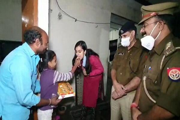 उत्तर प्रदेश : सीएम योगी ने बेटी के आंसू पर लिया संज्ञान, पटाखा विक्रेता पिता को पुलिस ने छोड़ा, अफसरों ने घर जाकर दी मिठाई