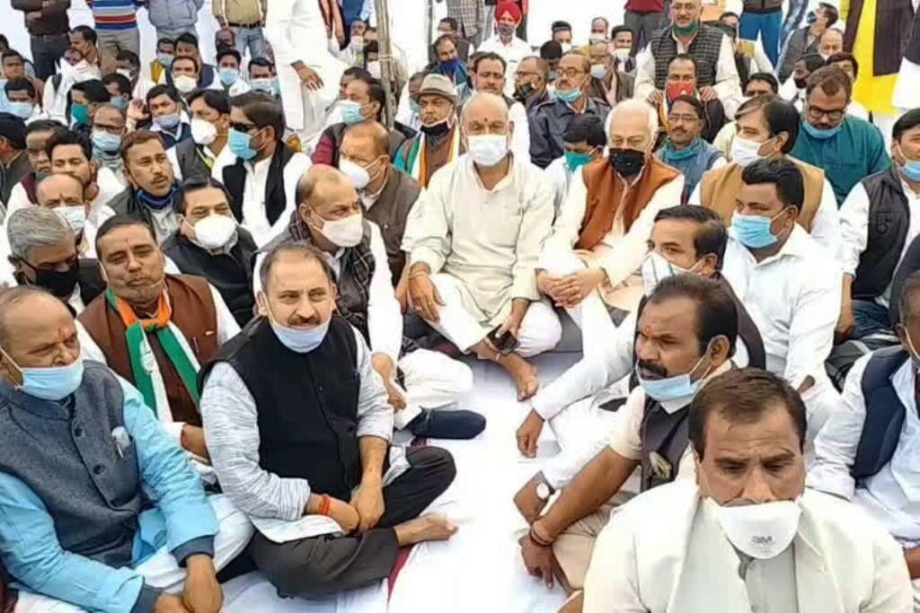 एंटीमाफिया अभियान के विरोध में कांग्रेस का धरना, भेदभाव का लगाया आरोप