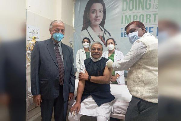 डॉ सुरेन्द्र जैन ने अपने ऊपर कराया कोरोना के टीके का परीक्षण