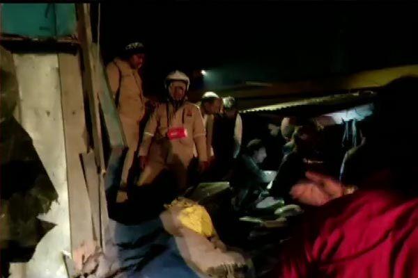सड़क हादसा : शादी समारोह से लौट रही स्कॉर्पियो पर पलटा बालू से भरा ट्रक, 8 की मौत