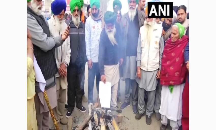 किसानों ने कृषि कानूनों की कॉपियां जलाकर मनाई लोहिड़ी, जताया विरोध