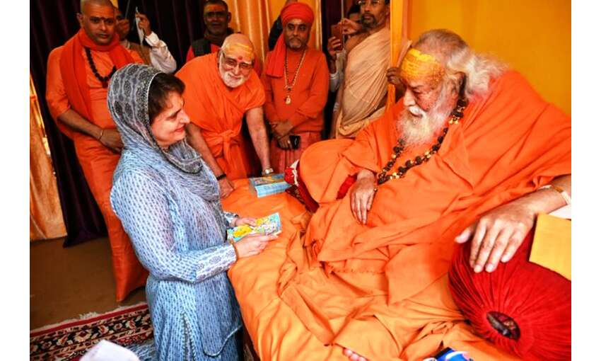 प्रियंका गांधी ने गंगा स्नान कर शंकराचार्य स्वरूपानंद से आशीर्वाद लिया