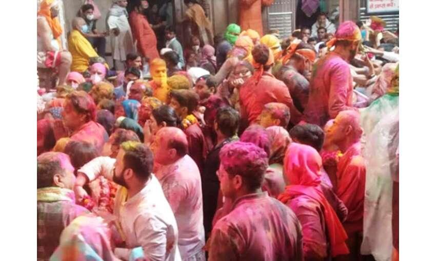 मथुरा : भगवान बांकेबिहारी ने भक्तों के संग खेली खेली