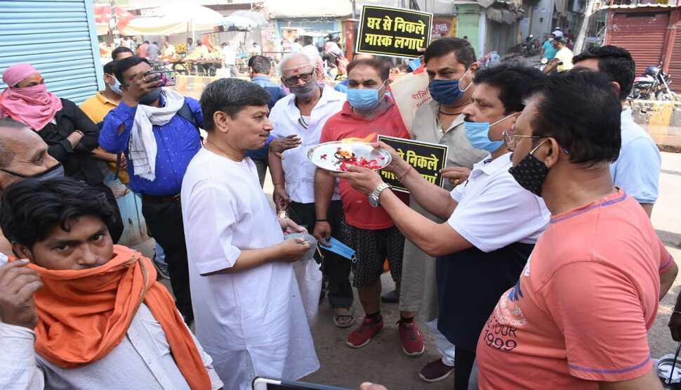 वाराणसी: व्यापारियों का गजब अभियान, मास्क न पहनने वालों की उतारी आरती