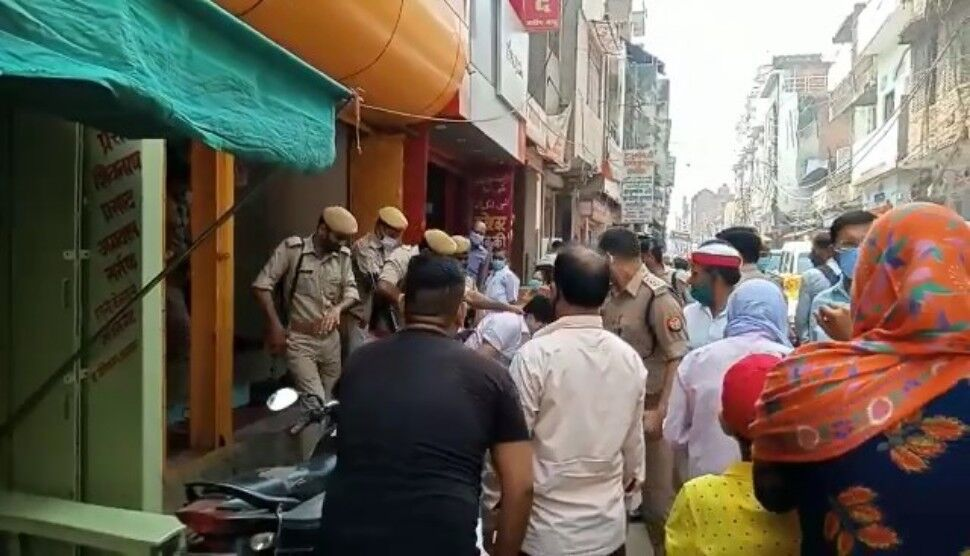 आजमगढ़: एसडीएम की दबंगई, कारोबारी को दुकान से घसीट सरेआम पीटा, विरोध में सड़क पर व्यापारी