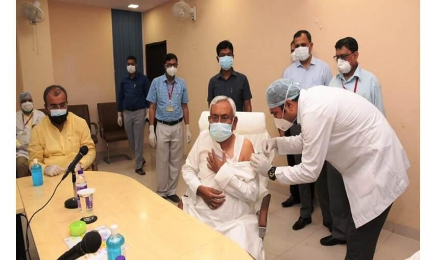मुख्यमंत्री नीतीश कुमार ने लगवाई कोरोना वैक्सीन, आगामी समय में सख्ती के दिए संकेत