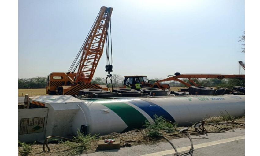 दिल्ली से 40 टन ऑक्सीजन लेकर आ रहा ट्रक भोपाल के पास पलटा