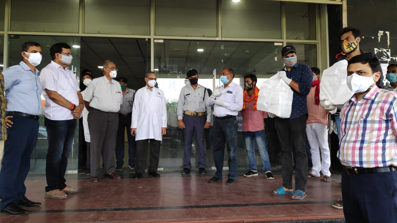 वाराणसी: ट्रामा सेंटर में 40 बेड बढ़ाने के साथ दिए गए 15 वेंटिलेटर