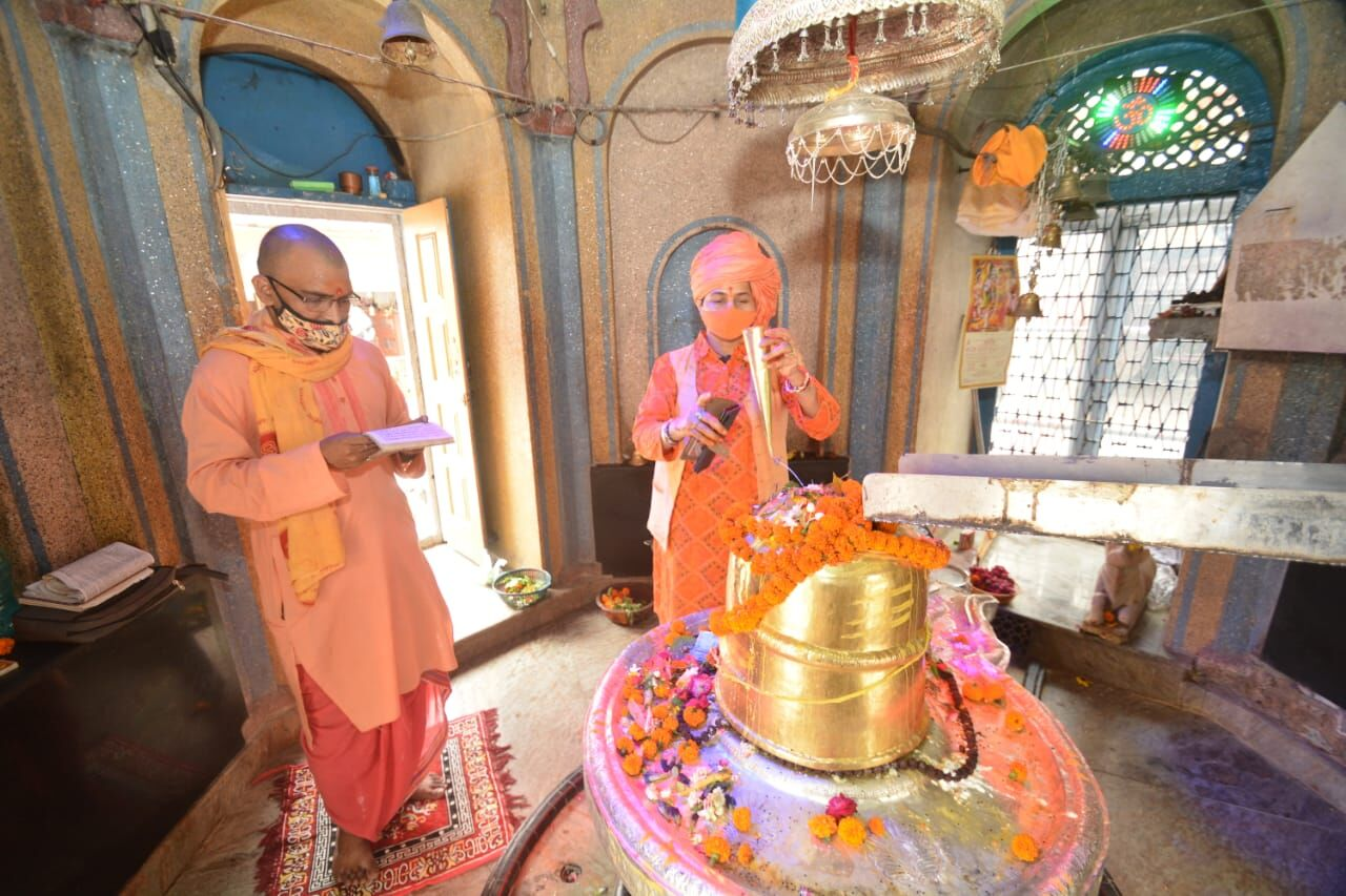 कोरोना से रक्षा के लिए मनकामेश्वर मठ मंदिर में हुआ महाभिषेक