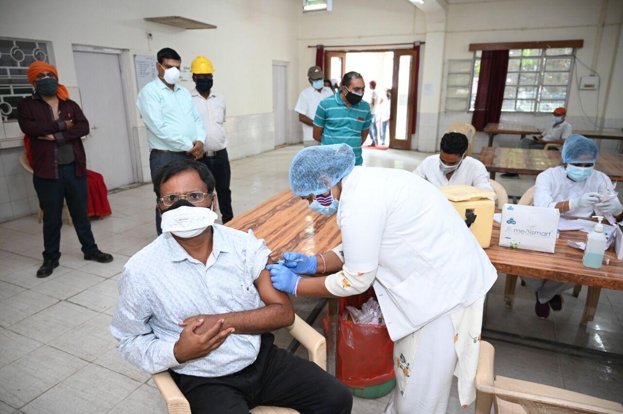वाराणसी: जागरुकता अभियान के साथ बरेका में 396 को लगाया कोविड वैक्सीन