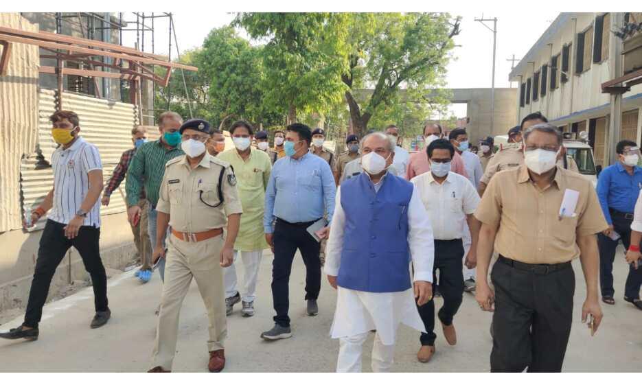 केंद्रीय मंत्री तोमर ने मुरैना चिकित्सालय का किया निरीक्षण , दिए निर्देश