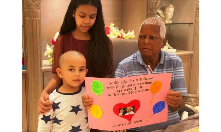 लालू प्रसाद यादव ने मनाया जन्मदिन, बेटी मीसा के साथ कांटा केक