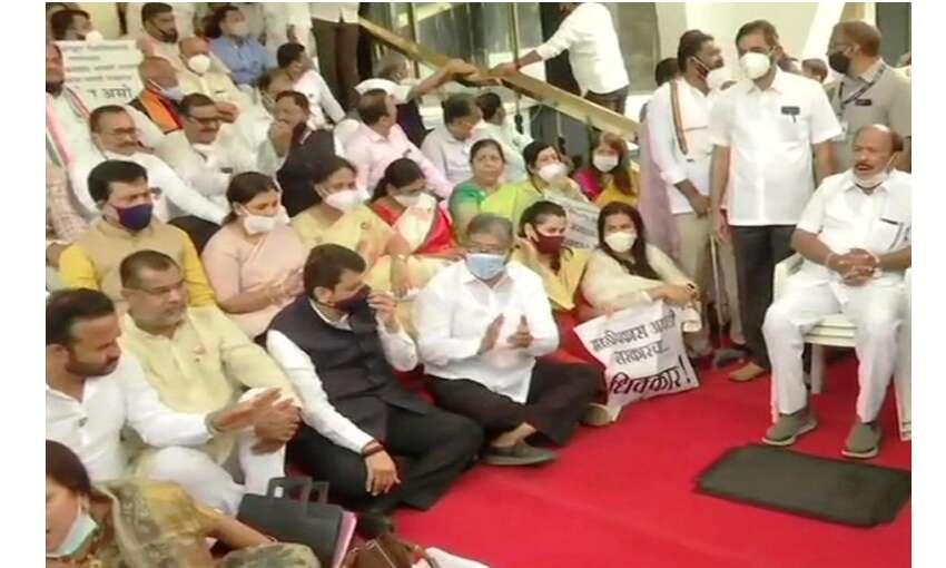 महाराष्ट्र के निलंबित विधायक पहुंचे सुप्रीम कोर्ट, कहा - विपक्ष की आवाज दबाई जा रही
