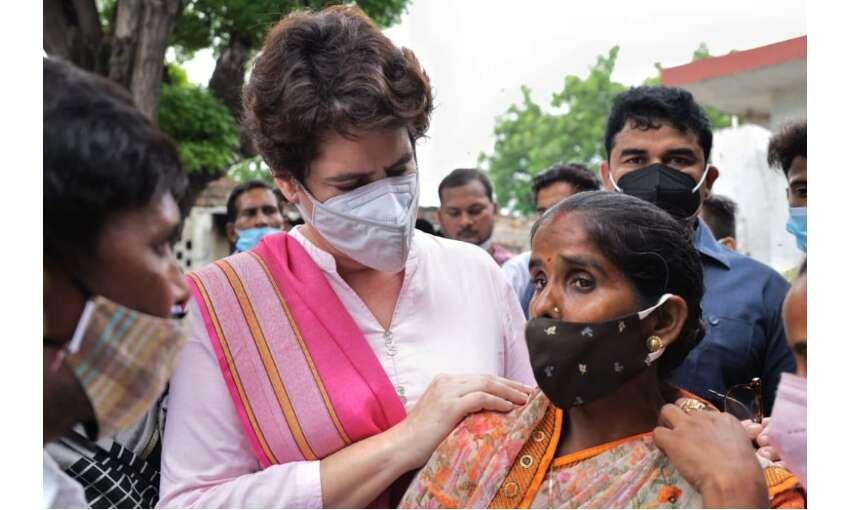 प्रियंका गांधी ने  महिला प्रत्याशी रीतू सिंह व उनकी प्रस्तावक अनीता यादव से मुलाकात की