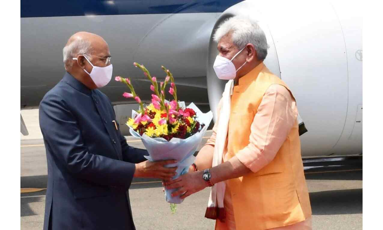 राष्ट्रपति रामनाथ कोविंद पहुंचे श्रीनगर, राज्यपाल सिन्हा ने किया स्वागत