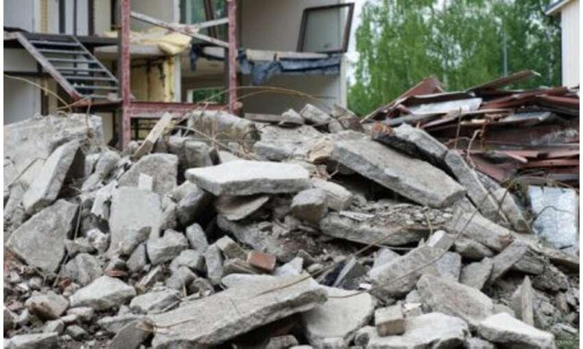 दिल्ली में तीन मंजिला ईमारत ढही, कई लोग दबे, बचाव कार्य जारी