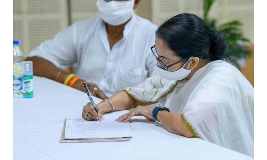 ममता बनर्जी का नामांकन होगा रद्द, चुनाव आयोग से छिपाई जानकारी