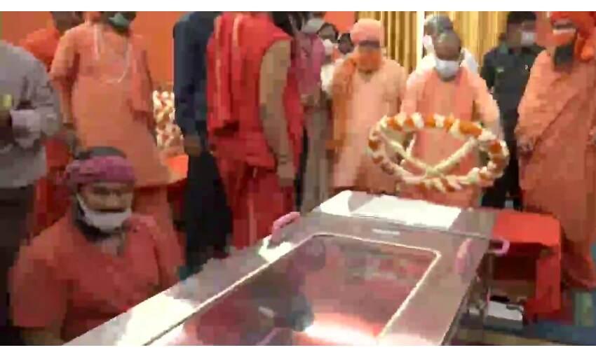 मुख्यमंत्री योगी आदित्यनाथ ने महंत नरेंद्र गिरी को दी श्रद्धांजलि, CBI जांच के लिए याचिका दायर